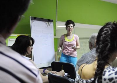 cursos reiki madrid, asociación reiki madrid, explicando teoría reiki en la pizarra