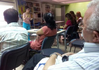 cursos reiki madrid, asociación reiki madrid, explicando teoría reiki en el taller