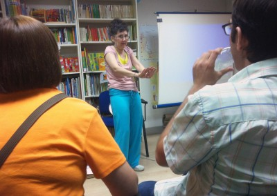 cursos reiki madrid, asociación reiki madrid, explicando las presentaciones reiki en el taller