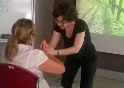 cursos reiki madrid, asociación reiki madrid, ayudando a una persona en el taller